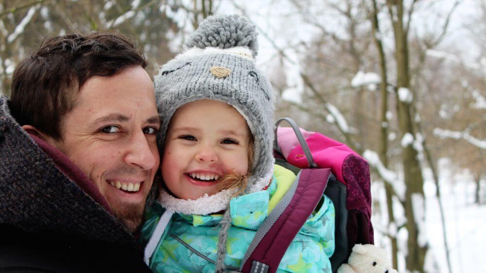 Glückliche Familie im Winterwald