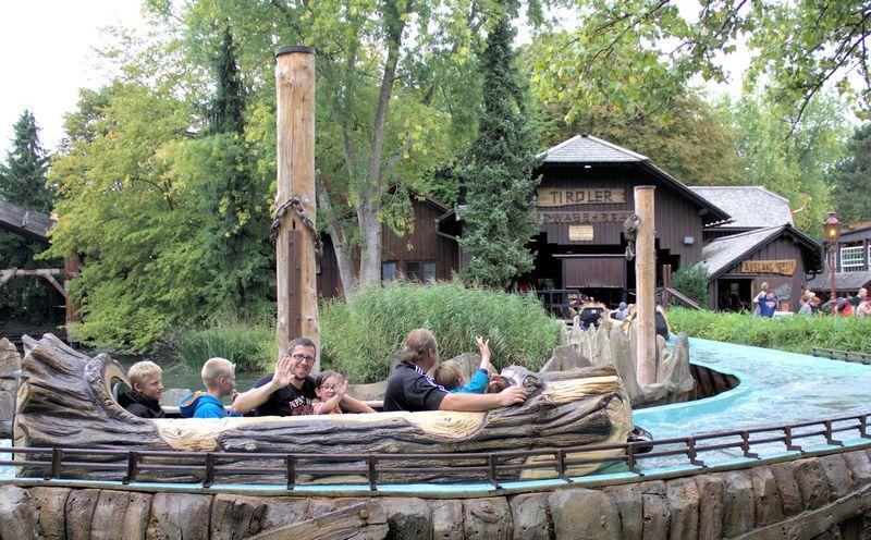 Baumstammfahrt im Wasser