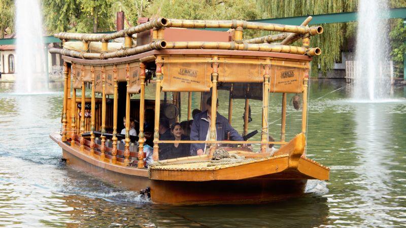 Wasserkanonen los auf dem Holzboot African Queen