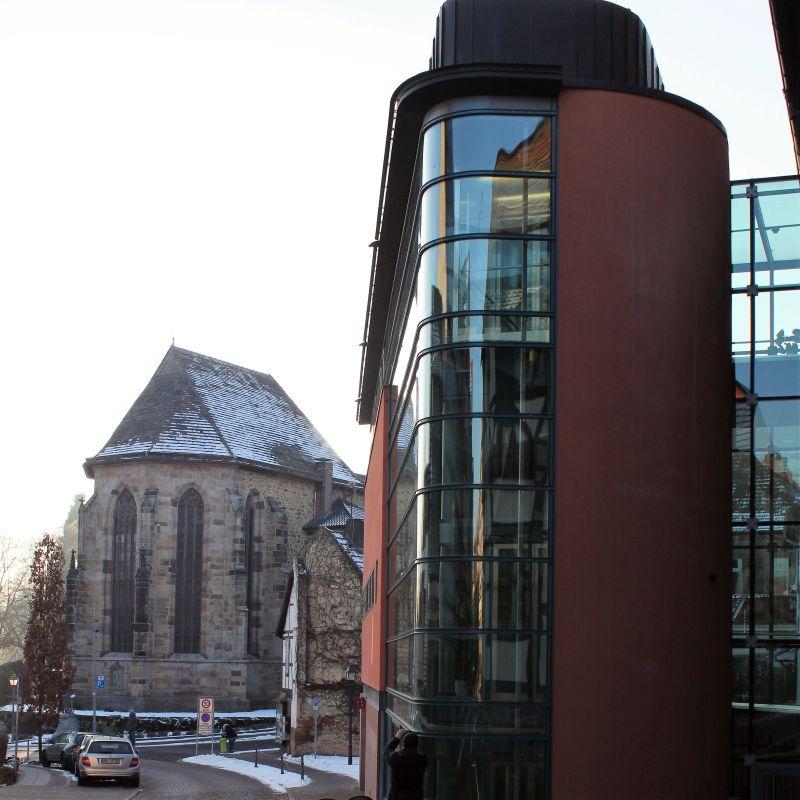 Rathaus-Anbau mit gläsernem Fahrstuhl