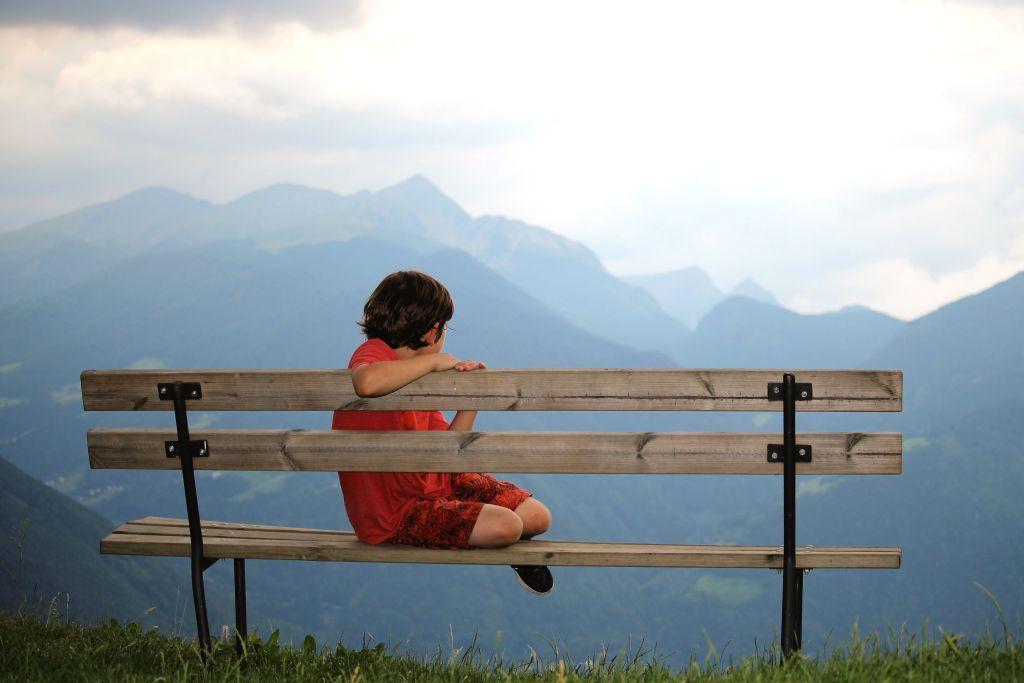 Pause auf unserer Familienwanderung: Wie wunderschön der Blick auf die Alpen aus Südtirol ist
