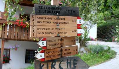 Familienwanderung: Hölzernes Wegweiserschild mit dem Wanderweg #6