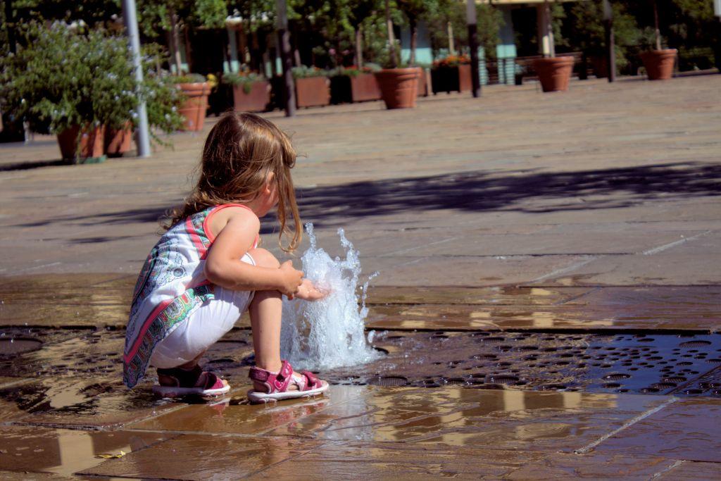 Erfrischungspause mit kleinen Wasserspielen auf dem Platz der Therme Meran