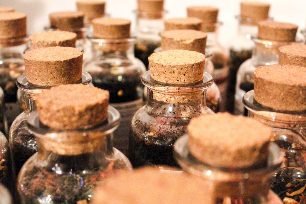 Aromatisierte Teeblätter in Flaschen