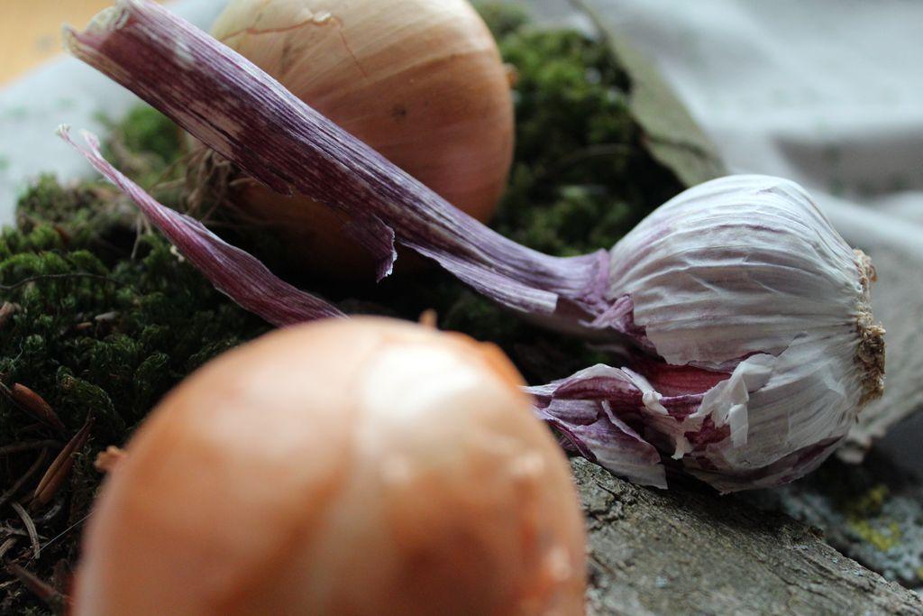 Grundzutaten der urigen Küche: Knoblauch und Zwiebeln