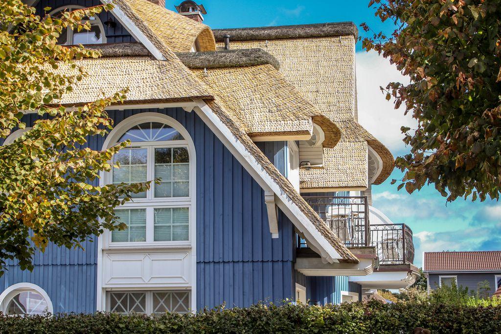 Reetdachhaus mit blauer Fassade